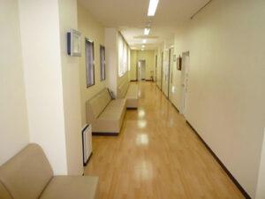 診察室前待合1
